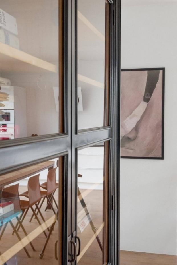 reflejo librería apartamento de estilo vintage en Szczecin diariodesign