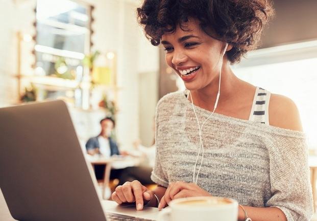 Chica con ordenador curso online diseño interior LaBasad diariodesign