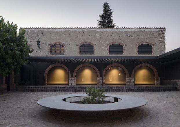 antigua masía francesc rifé fachada arcos diariodesign