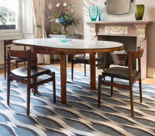 Mesa de comedor chimenea y alfombra azul de Allegra Hicks para The Rug Company diariodesign