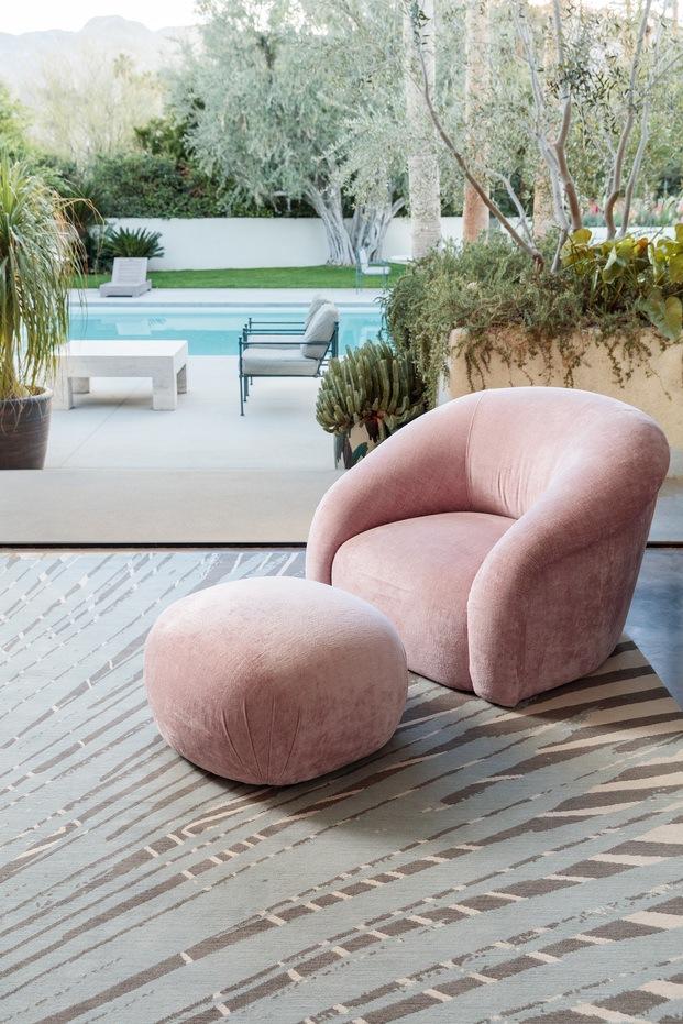 Sillón rosa de terciopelo sobre alfombra silueta palmeras de allegra hicks para the rug company diariodesign