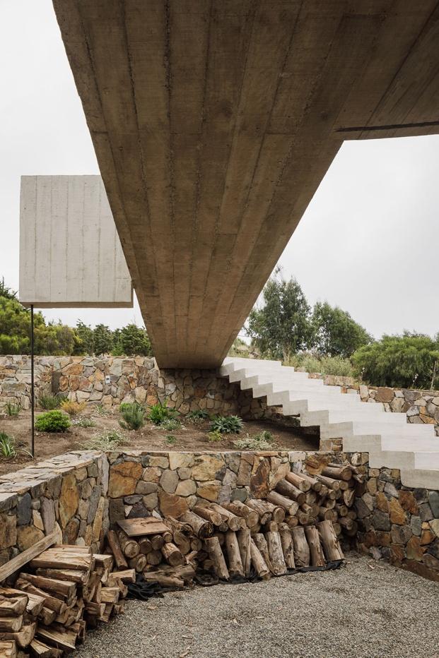losa de hormigón acceso casa estética brutalista felipe assadi diariodesign