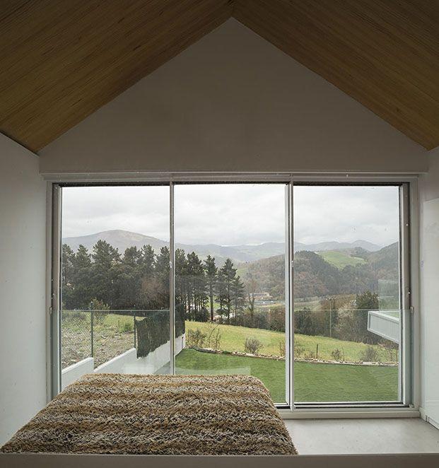 dormitorio con vistas zumaia diariodesign