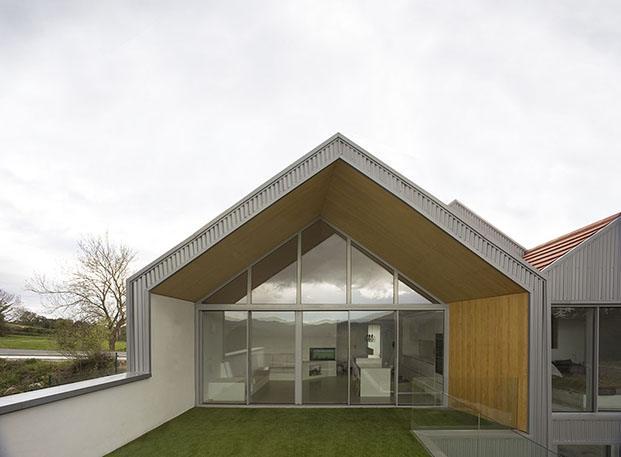 casa con cubierta a dos aguas en zumaia diariodesign
