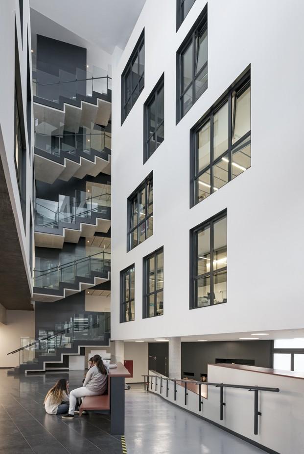 hall interior escaleras escola massana diariodesign