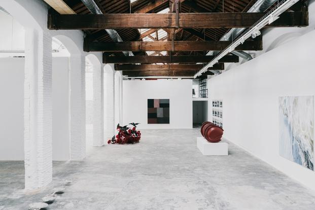 galería de arte espacio blanco con techo de madera barcelona gallery weekend diariodesign