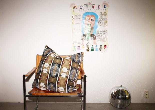 cojín marrón sobre silla