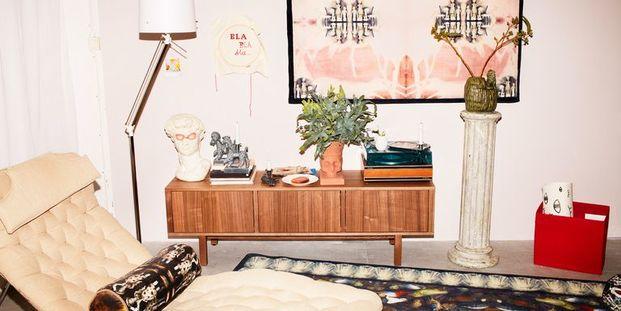 diván y aparador con objectos de decoración