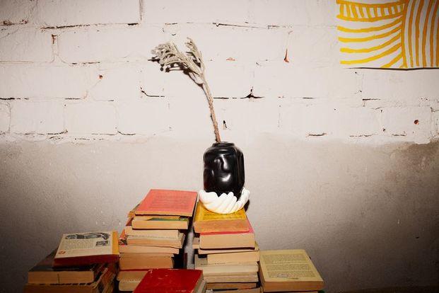 jarrón negro con manos blancas