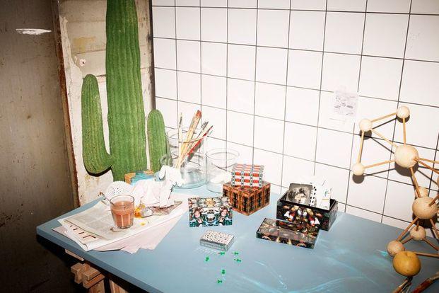 mesa de trabajo con cactus gigante