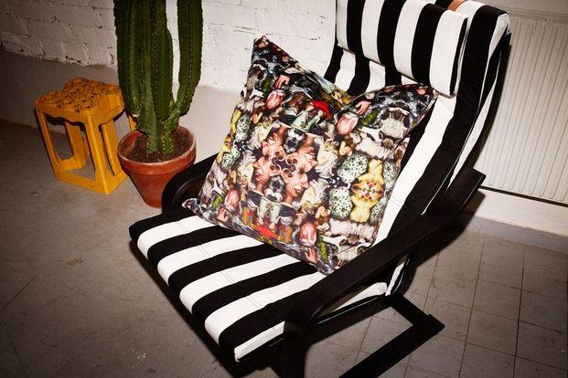 cojín estampado sobre silla a rallas