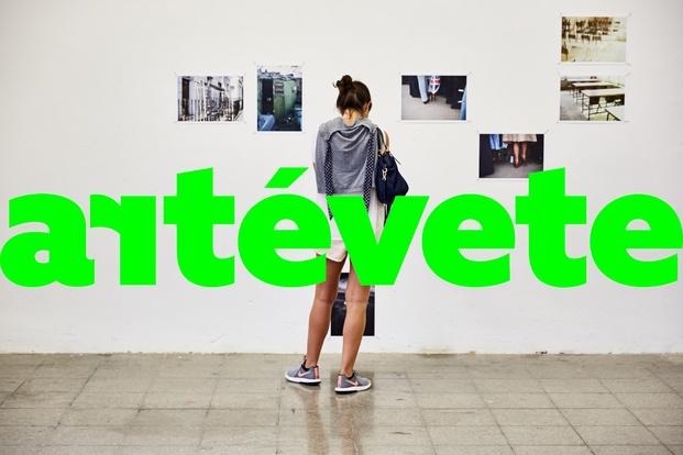 Chica en exposición de fotografía barcelona gallery weekend diariodesign