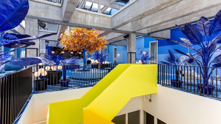 room mate bruno teresa sapey escalera azul amarillo diariodesign