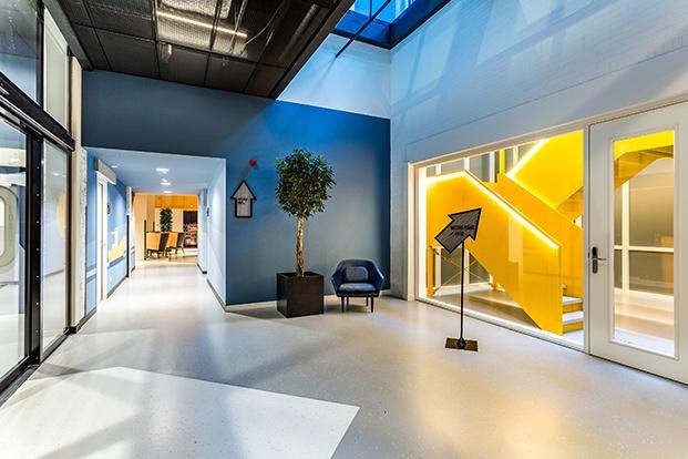 hall y escalera amarilla room mate bruno diariodesign