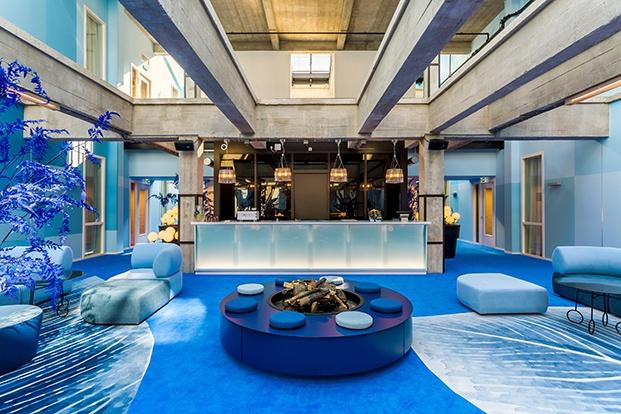recepción azul room mate bruno diariodesign