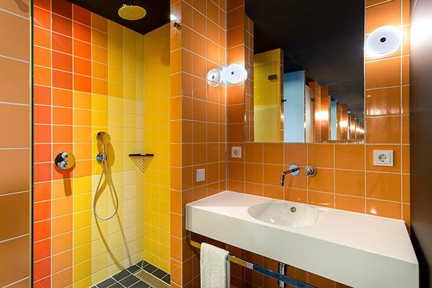 baño y ducha amarillo y naranja room mate bruno diariodesign