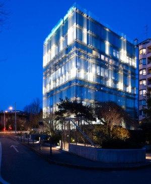Edificio SPG con nueva fachada de cristal y luz