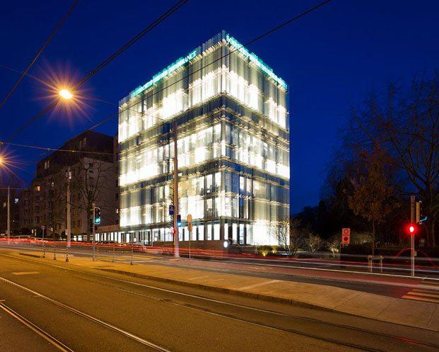 edificio SPG en Ginebra iluminado por la noche