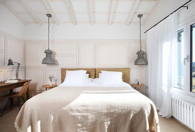 dormitorio sábanas lino cabezal mimbre casa rural son felip menorca diariodesign