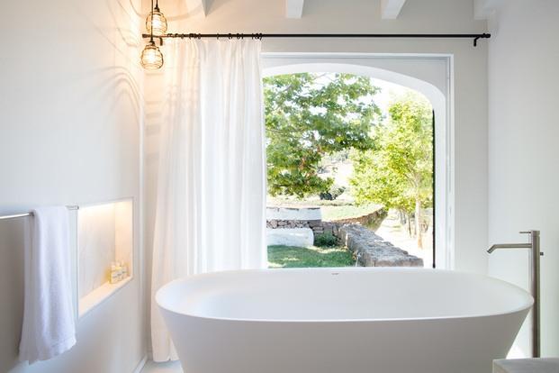 bañera blanca casa rural son felip menorca diariodesign