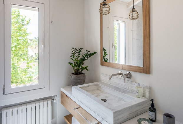 baño con pica lavamanos lavabo de pieda blanca casa rural son felip menorca diariodesign