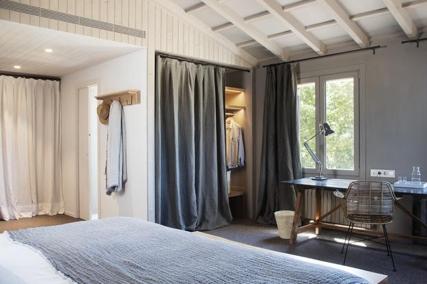 cortinas lino gris habitación casa rural son felip menorca diariodesign