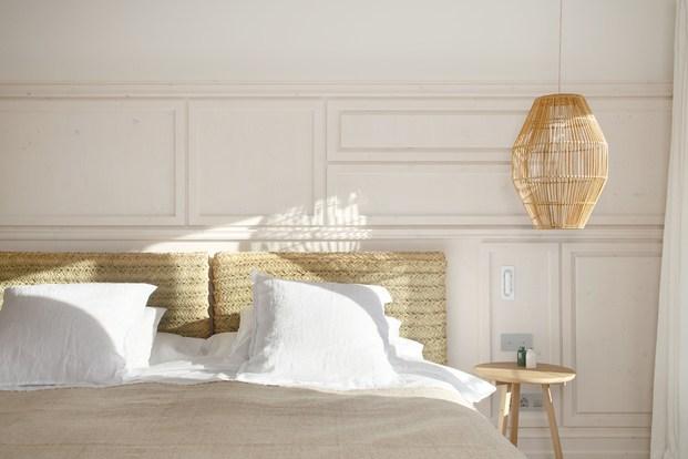 cabezal y lámpara de mimbre habitación blanca casa rural son felip menorca diariodesign