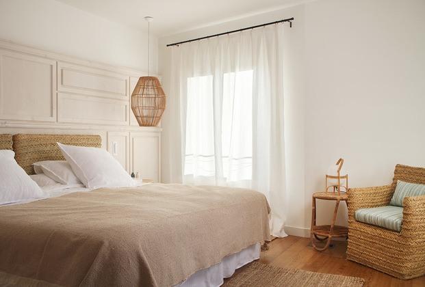 sillón y lámapra de mimbre habitación casa rural son felip menorca diariodesign