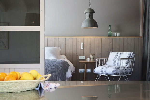 pared gris y cojines lenguas mallorquinas casa rural son felip menorca diariodesign
