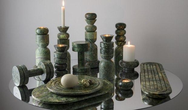 objetos decorativos de mármol verde del diseñador Tom Dixon