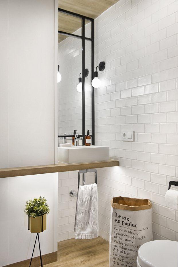 baño con detalle de baldosas blancas de metro antiguo