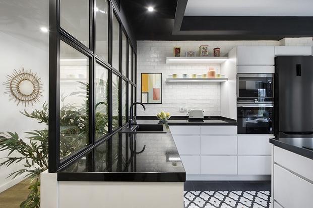 cocina blanca y negra con cristalera de carpintería de hierro