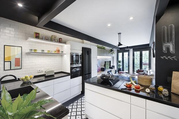 cocina blanca y negra con suelo hidráulico