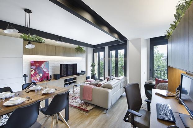 salón-comedor piso Barcelona en blanco negro gris y madera