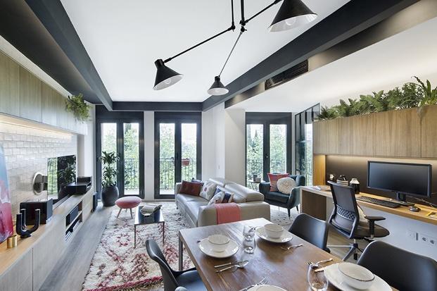 salon-comedor y estudio en piso rehabilitado estilo industrial