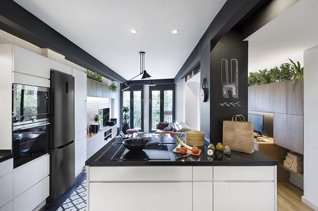 cocina en blanco y negro con isla