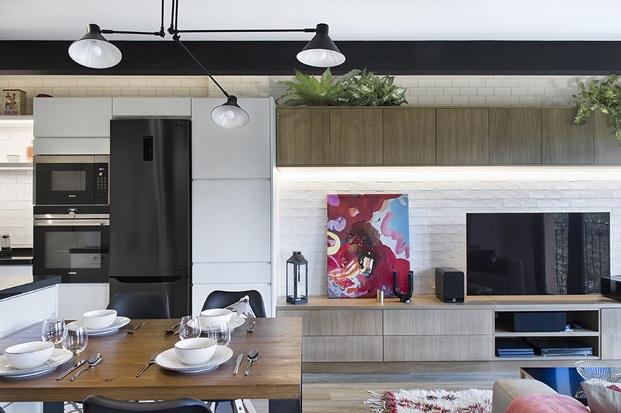 comedor salon cocina con mueble integrado de madera