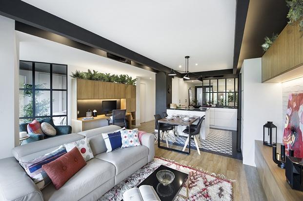 salón pequeño en colores gris y madera piso barcelona