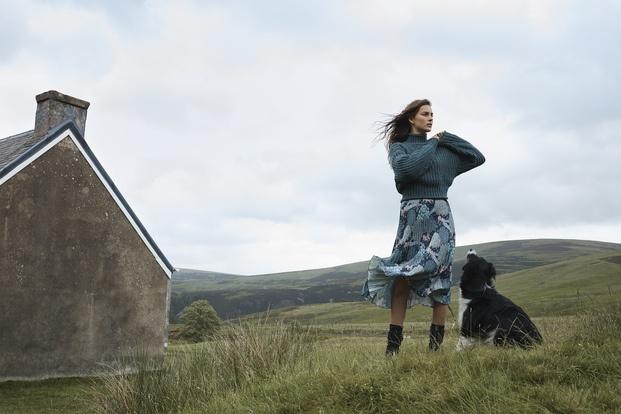 Chica en el campo con perro y falda plisada H&M William Morris diariodesign