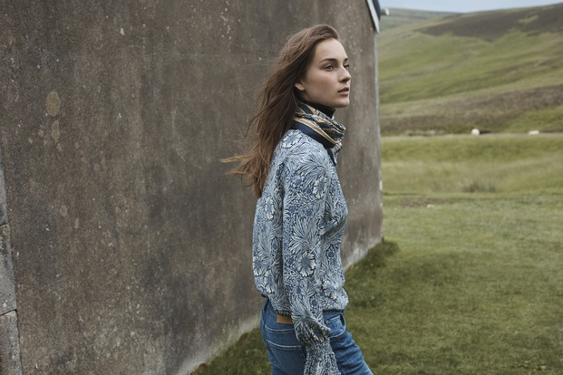 Chica en el campo con blusa estampada H&M William Morris diariodesign
