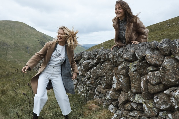 Chicas jugando en muro de piedra H&M William Morris diariodesign