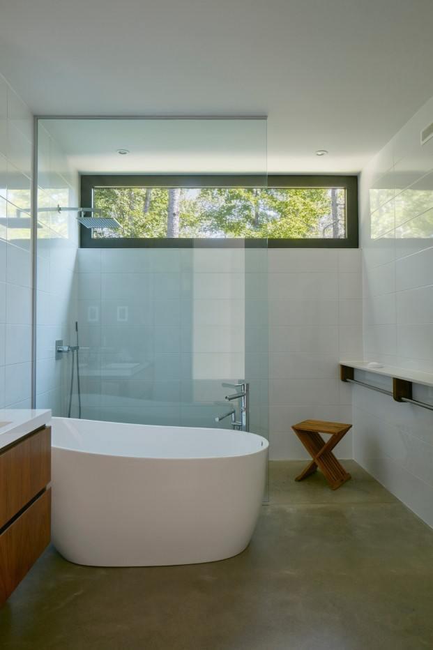 cabaña moderna en un lago del quebec hecha por paul bernier baño diariodesign