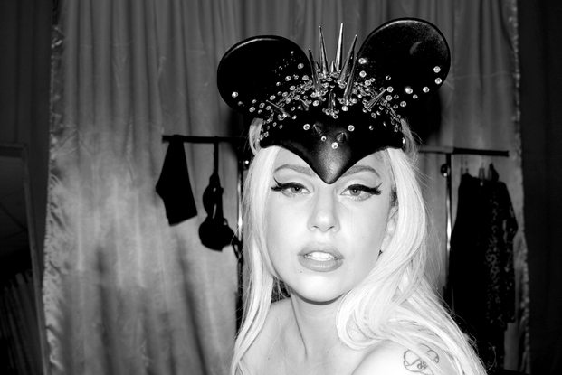 Lady Gaga con orejas Mickey Mouse pinchos diariodesign