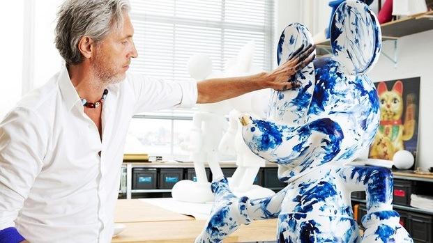 Diseñanor Marcel Wanders pintando escultura Mickey Mouse azul Leblon Delienne diariodesign