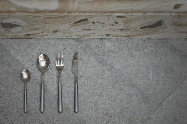cubertería de plata sobre suelo gris