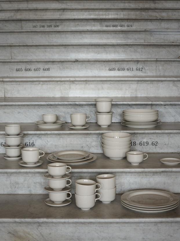 vajilla de porcelana apilada en escaleras