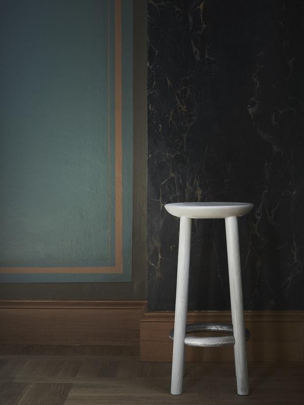 taburete de madera blanco