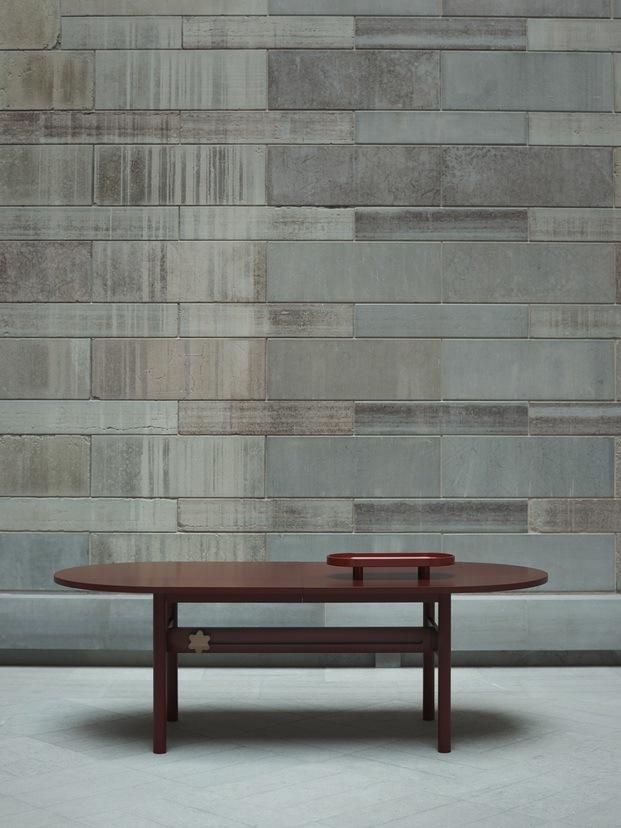 mesa marrón pared de piedra gris