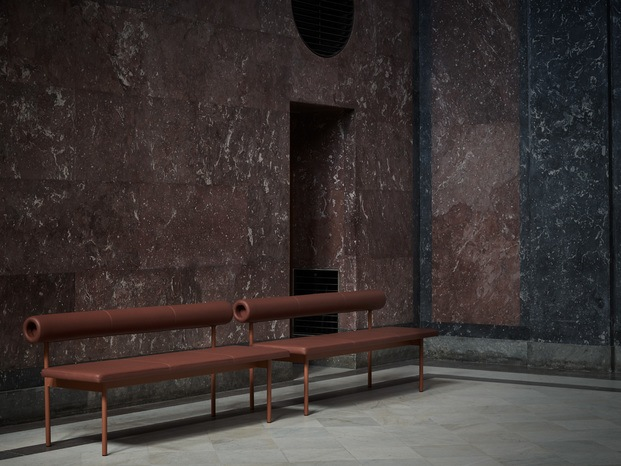 banco marrón en sapa de museo