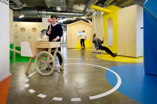 niños jugando en coach maastricht de tinker imagines diariodesign